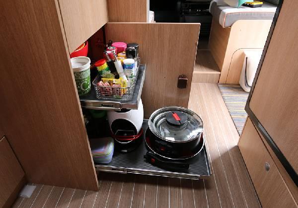 ausziehbare tablare in der k che. Black Bedroom Furniture Sets. Home Design Ideas