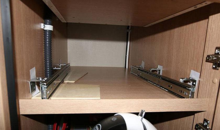 ausziehbare tablare in der womo k che. Black Bedroom Furniture Sets. Home Design Ideas